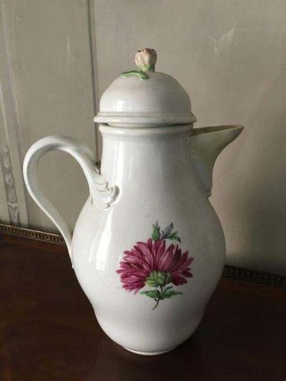 Verseuse en porcelaine de Meissen A décor polychrome de deux fleurs sur la panse...