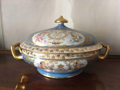 Légumier couvert en porcelaine Le fond à l imitation du bleu céleste, décor polychrome...