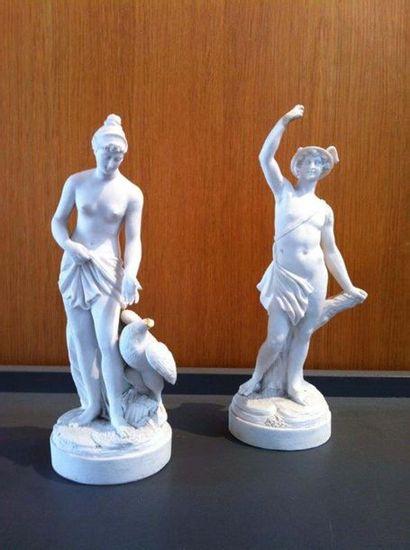 PARIS Deux figures en biscuit de porcelaine dure représentant Léda et le Cygne et...