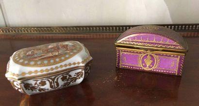 Ensemble de deux boîtes en porcelaine A décor polychrome Travail parisien dans le...