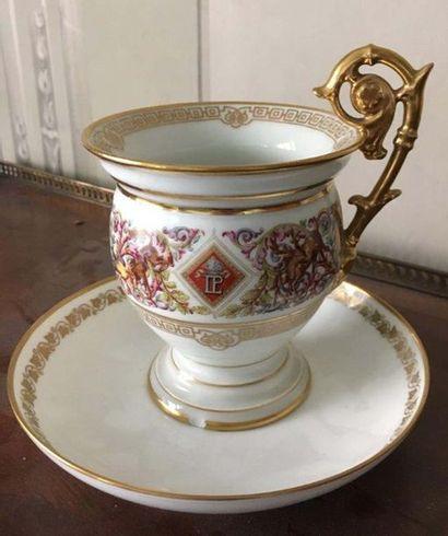 Tasse et soucoupe en porcelaine A l imitation de la porcelaine de Sèvres et du service...