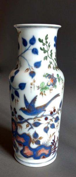 Ensemble composé de: - Un vase en porcelaine de Bayeux à décor polychrome de fleurs...