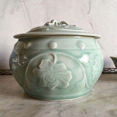 CHINE - Ensemble de deux céramiques Comprenant une petite jardinière dans le goût...