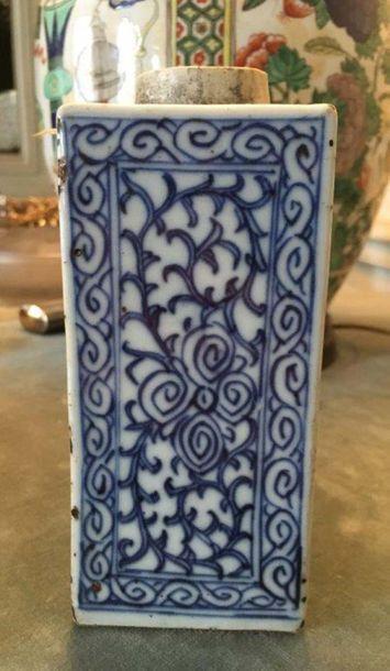CHINE - Vase en porcelaine A décor bleu blanc d entrelacs, rinceaux en volute et...