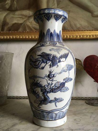 CHINE - Grand vase balustre En porcelaine,...