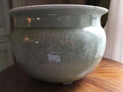 CHINE - Cache-pot en porcelaine à glaçure céladon, à décor incisé de rinceaux fleuris...
