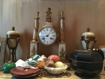 Pendule portique au chinois En bronze ciselé doré et marbre blanc, le mouvement...