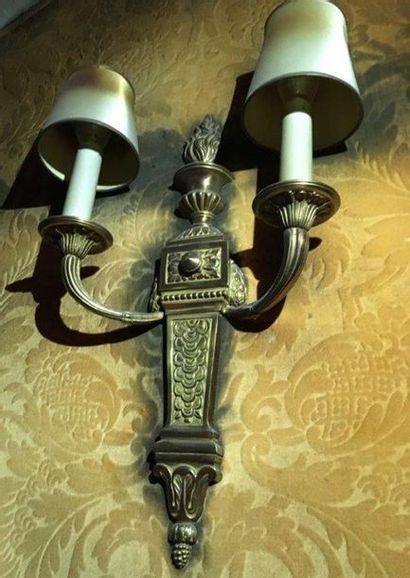 Applique en bronze ciselé et doré A deux bras de lumière, à décor d une gaine surmonté...