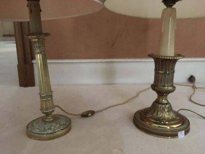Ensemble de deux flambeaux en bronze doré montés en lampe L un à fût balustre cannelé,...