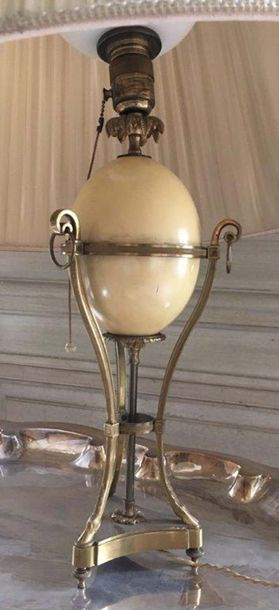 Pied de lampe Composé d'un œuf en bois à l'imitation d'un œuf d'autruche enserré...