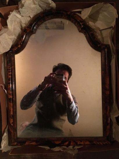 Grand miroir à poser Le contour chantourné à l imitation de l écaille de tortue...