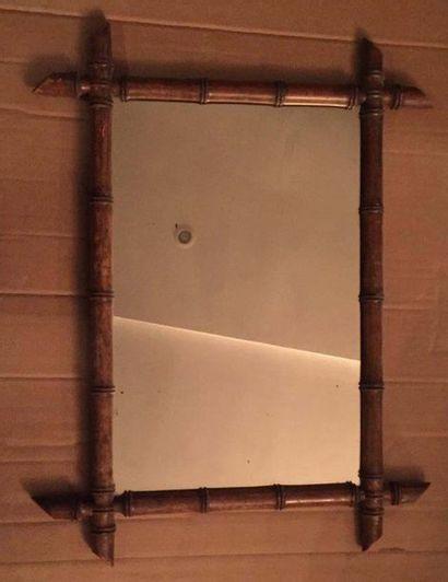 Ensemble de trois miroirs : l'un de forme rectangulaire à encadrement de baguettes...