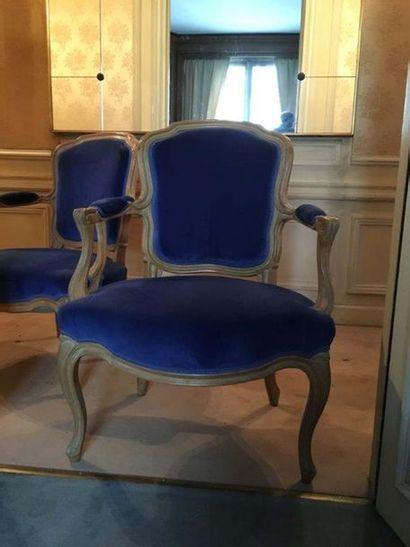 Paire de fauteuils En bois naturel mouluré, le dossier chantourné, accotoirs à manchettes...