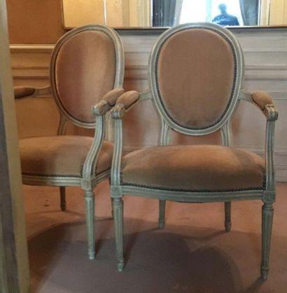 Deux fauteuils médaillons En bois mouluré et sculpté laqué crème, à dossier médaillon,...