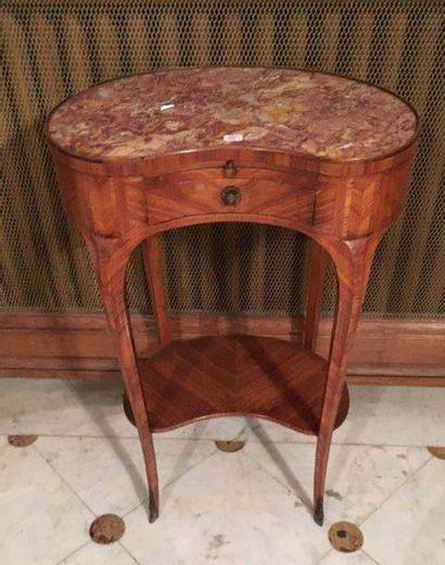 Table rognon En frisage de bois de rose, ouvrant en ceinture par un tiroir surmonté...