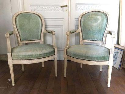 Paire de fauteuils médaillons En bois mouluré...