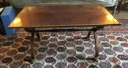 Table basse En palissandre, le plateau rectangulaire...
