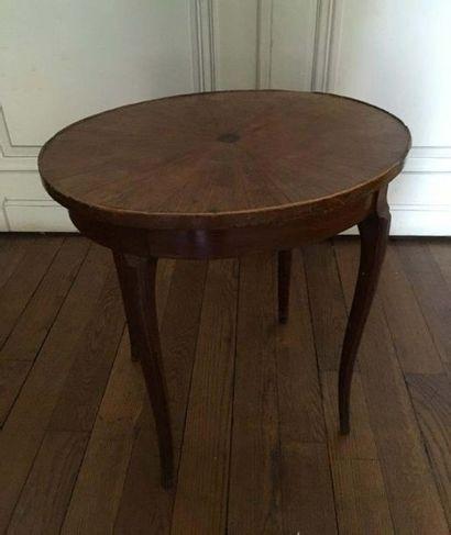 Table basse En bois naturel, le plateau marqueté...