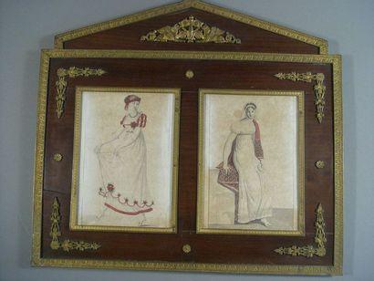 Deux gravures de mode réhaussées dans un cadre en acajou à chapiteau et ornementation...