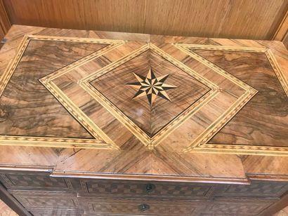 COMMODE richement marquetée de motifs géométriques, jeux de cubes et grecques en...