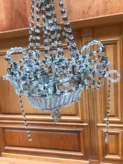 DEUX LUSTRES «CORBEILLE» à quatre lumières à enfilages de perles et plaquettes facettées....
