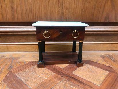 COFFRET-NÉCESSAIRE à couture sous la forme d'une console en placage d'if, le plateau...