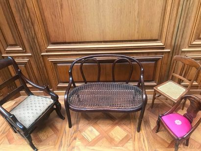LOT COMPOSÉ de quatre sièges dont un fauteuil à dossier barrette en acajou, une...