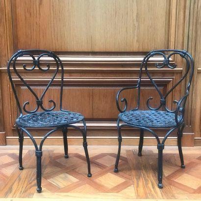 PAIRE DE SIÈGES DE JARDIN en fer à assises tressées. XIXe siècle. H. 34 cm - L....