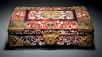 PRÉCIEUX COFFRET à âme de hêtre marqueté d'ivoire sur fond d'écaille teintée rouge...