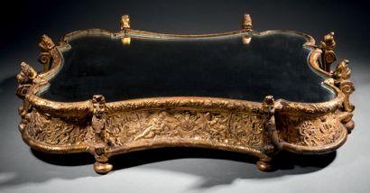 RARE SURTOUT DE TABLE en bois, âme de vannerie et pastiglia dorée. De forme contournée,...
