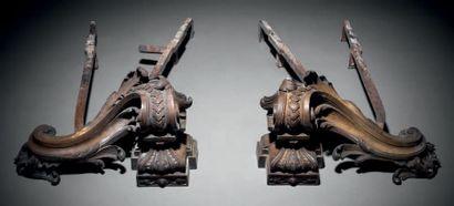 PAIRE DE CHENETS en bronze ciselé sous la...