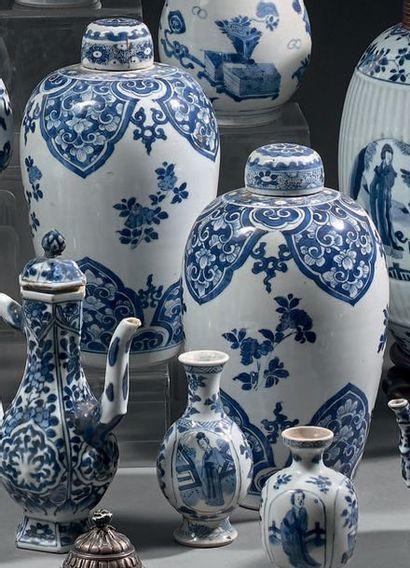 CHINE - Époque KANGXI (1662-1722) Paire de pots à gingembre en porcelaine bleu blanc...
