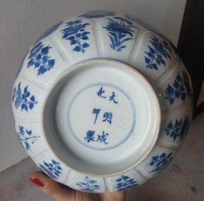 CHINE - Epoque KANGXI (1662 - 1722) Bol en porcelaine bleu blanc à décor des huit...