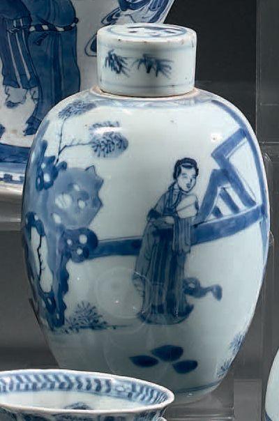 CHINE - Époque KANGXI (1662-1722) Paire de pots à gingembre balustres en porcelaine...