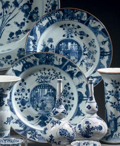CHINE - Époque KANGXI (1662-1722) Paire d'assiettes en porcelaine bleu blanc à décor...