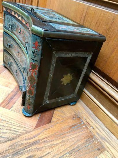 COMMODE EN MARQUETERIE DITE «BOULLE» en cuivre, étain, écaille à décor «à la Bérain»...