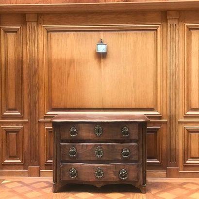 COMMODE en noyer et orme moulurés. De forme arbalète, elle ouvre par trois tiroirs,...