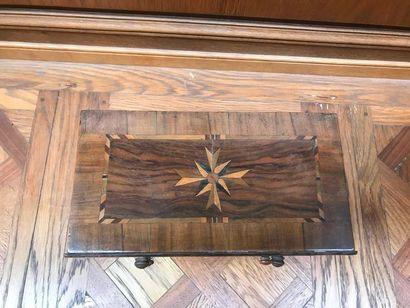 COMMODE marquetée de noyer à décor de filets et croix de Malte. De forme rectangulaire,...