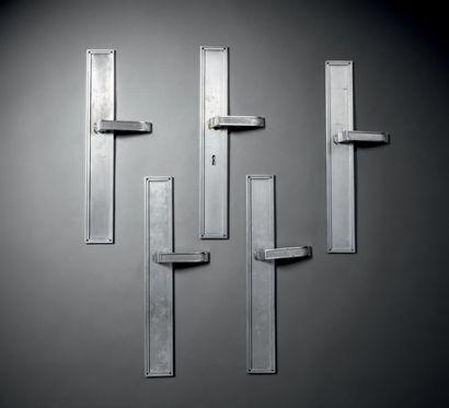 Jacques Quinet (1918-1992) Lot de cinq poignées de porte et plaques de propreté en...