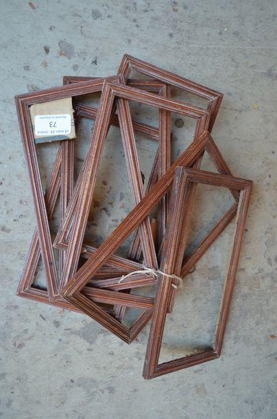 Suite de sept cadres en bois mouluré et vernis...