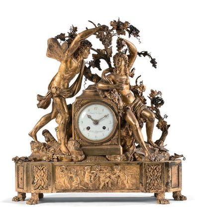 Importante pendule en bronze richement ciselé...