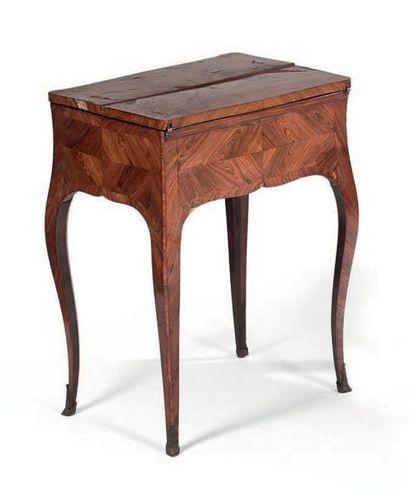 Petite table dite «à la Bourgogne» en placage...