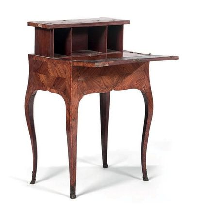 Petite table dite «à la Bourgogne» en placage de bois de violette disposé en frisage....