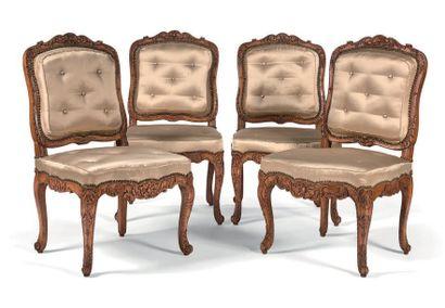 Suite de quatre chaises à la reine en hêtre...