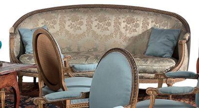 Important canapé corbeille trois places en bois mouluré, sculpté, relaqué crème....