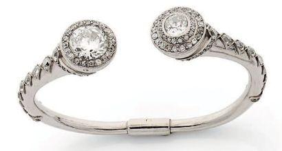 Bracelet jonc pivotant au modèle des précédents en platine à deux têtes coniques...