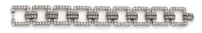Bracelet souple en platine articulé d'anneaux...