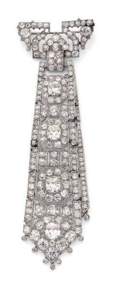 Importante broche cravate en platine à pans...