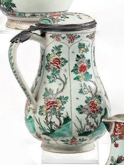 CHINE Époque Kangxi (1662-1722) Verseuse couverte en porcelaine à décor famille verte...