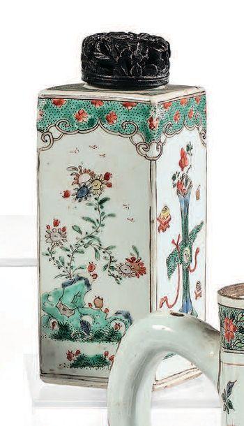 CHINE Époque Kangxi (1662-1722) Paire de flacons quadrangulaires en porcelaine à...